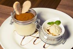 Heerlijk die dessert in kruik wordt gediend Royalty-vrije Stock Fotografie