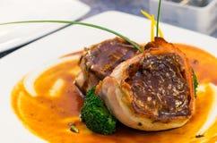 Heerlijk die haasbiefstuklapje vlees in bacon wordt verpakt en Royalty-vrije Stock Afbeelding