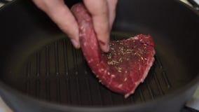 Heerlijk die lapje vlees bij de hete die grill wordt geplaatst met zout en peper wordt versierd stock videobeelden