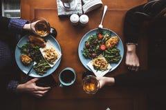 Heerlijk diner van twee meisjes in een restaurant Tijd voor vriendschap Voedsel en drank royalty-vrije stock foto's
