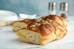 Heerlijk eigengemaakt knoflookbrood met kruiden royalty-vrije stock afbeelding