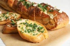 Heerlijk eigengemaakt knoflookbrood met kruiden stock fotografie