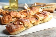Heerlijk eigengemaakt knoflookbrood met rozemarijn stock fotografie
