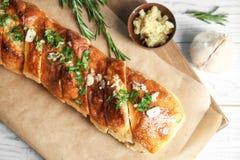 Heerlijk eigengemaakt knoflookbrood op lijst stock fotografie