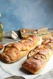 Heerlijk eigengemaakt knoflookbrood op lijst royalty-vrije stock foto's