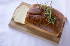 Heerlijk eigengemaakt wit brood op houten scherpe raad boven mening Royalty-vrije Stock Foto
