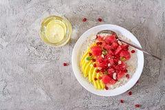 Heerlijk en gezond havermeel met grapefruit, granaatappel, amandel en chiazaden Het gezonde voedsel van de ontbijtgeschiktheid stock afbeelding