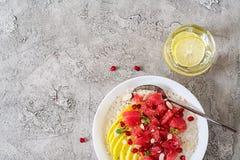 Heerlijk en gezond havermeel met grapefruit, granaatappel, amandel en chiazaden Het gezonde voedsel van de ontbijtgeschiktheid royalty-vrije stock fotografie