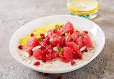 Heerlijk en gezond havermeel met grapefruit, granaatappel, amandel en chiazaden Het gezonde voedsel van de ontbijtgeschiktheid stock fotografie