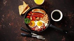 Heerlijk Engels ontbijt in ijzer kokende pan stock footage