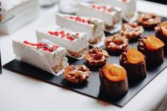 Heerlijk feestelijk buffet met canapés en verschillende heerlijke maaltijd royalty-vrije stock fotografie