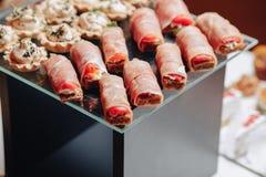Heerlijk feestelijk buffet met canapés en verschillende heerlijke maaltijd stock foto's