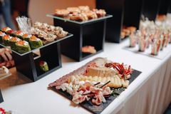 Heerlijk feestelijk buffet met canapés en verschillende heerlijke maaltijd stock foto