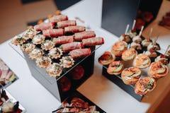 Heerlijk feestelijk buffet met canapés en verschillende heerlijke maaltijd stock fotografie