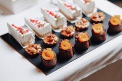 Heerlijk feestelijk buffet met canapes en verschillende heerlijke maaltijd stock fotografie