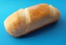 Heerlijk Frans broodjesbrood Zacht en zoet broodje over blauwe achtergrond stock foto