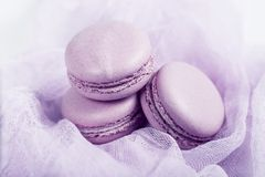 Heerlijk Frans dessert Drie zachte zachte roze cakes macaron of makaron op luchtige stof stock fotografie