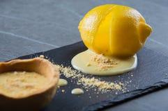 Heerlijk Frans die dessert in citroen wordt gekookt royalty-vrije stock afbeeldingen