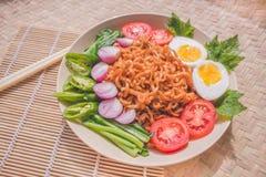 Heerlijk Fried Noodles op Unieke Bamboe Geweven Lijst Stock Afbeeldingen