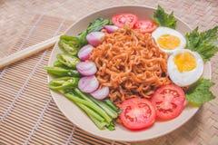 Heerlijk Fried Noodles op Unieke Bamboe Geweven Lijst Stock Foto