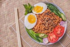 Heerlijk Fried Noodles op Unieke Bamboe Geweven Lijst Stock Afbeelding