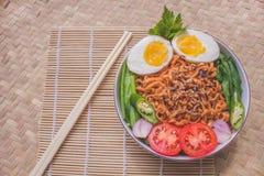 Heerlijk Fried Noodles op Unieke Bamboe Geweven Lijst Royalty-vrije Stock Foto