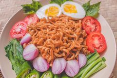 Heerlijk Fried Noodles op Unieke Bamboe Geweven Lijst Royalty-vrije Stock Fotografie
