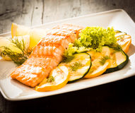 Heerlijk gastronomisch geroosterd zalmlapje vlees Stock Foto's
