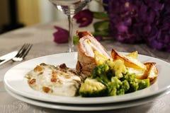 Heerlijk gastronomisch voedsel bij restaurant stock afbeeldingen