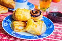 Heerlijk gebakje met jam en dranken voor ontbijt royalty-vrije stock afbeeldingen