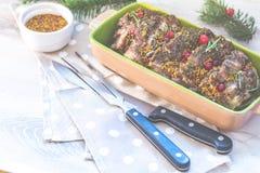 Heerlijk gebakken vlees met Amerikaanse veenbes en kruiden Kerstmislijst altijdgroene tak en bal stock afbeeldingen