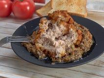 Heerlijk gebraden Pasteitje van kippenvlees, Pozharskaya Met romige paddestoelsaus Verse groentesalade Gebraden toost stock foto's