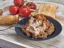 Heerlijk gebraden Pasteitje van kippenvlees, Pozharskaya Met romige paddestoelsaus Verse groentesalade Gebraden toost royalty-vrije stock afbeelding