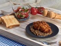 Heerlijk gebraden Pasteitje van kippenvlees, Pozharskaya Met romige paddestoelsaus Verse groentesalade Gebraden toost royalty-vrije stock foto