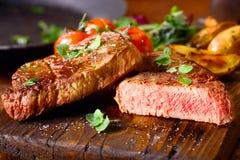 Heerlijk gedeelte van middelgroot zeldzaam rundvleeslapje vlees Stock Foto