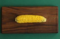 Heerlijk gekookt graan Graan op maïskolf op rustieke houten lijst en houten achtergrond van natuurlijke houten Gouden helder geel stock afbeelding