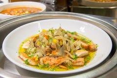 Heerlijk gekookt voor zalm gastronomisch in restaurant stock afbeelding