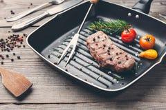 Heerlijk geroosterd lapje vlees met kruiden op houten achtergrond stock afbeelding
