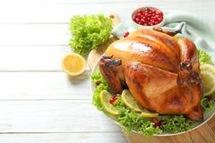 Heerlijk geroosterd Turkije voor traditioneel feestelijk diner op houten lijst stock foto's