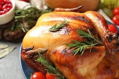 Heerlijk geroosterd Turkije voor traditioneel feestelijk diner op lijst stock afbeeldingen