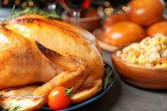 Heerlijk geroosterd Turkije voor traditioneel feestelijk diner op lijst stock fotografie