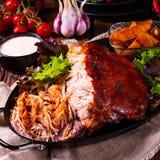 Heerlijk getrokken varkensvlees met aardappel in de schilkwarten royalty-vrije stock afbeelding