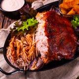 Heerlijk getrokken varkensvlees met aardappel in de schilkwarten stock afbeeldingen