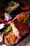 Heerlijk getrokken varkensvlees met aardappel in de schilkwarten stock fotografie