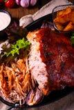 Heerlijk getrokken varkensvlees met aardappel in de schilkwarten stock foto's