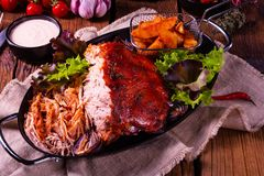 Heerlijk getrokken varkensvlees met aardappel in de schilkwarten stock afbeelding