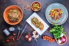 Heerlijk gezond het menuconcept van voedselsalades voor restaurant hoogste mening royalty-vrije stock afbeeldingen