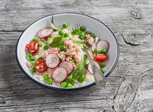 Heerlijk gezond voedsel - salade met couscous, verse groenten en gebakken zalm Royalty-vrije Stock Fotografie