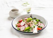 Heerlijk gezond voedsel - salade met couscous, verse groenten en gebakken zalm Stock Afbeelding