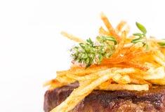 Heerlijk haasbiefstuklapje vlees met frieten Stock Foto